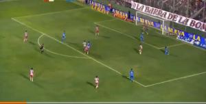 Guarda la versione ingrandita di YouTube, Milito segna gol da cineteca in Union-Racing