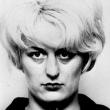 Assassina con guanti e ghigno FOTO in posa dopo il delitto 3