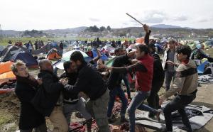 Guarda la versione ingrandita di  Migranti FOTO dalla frontiera, pugni e bastoni fra disperati