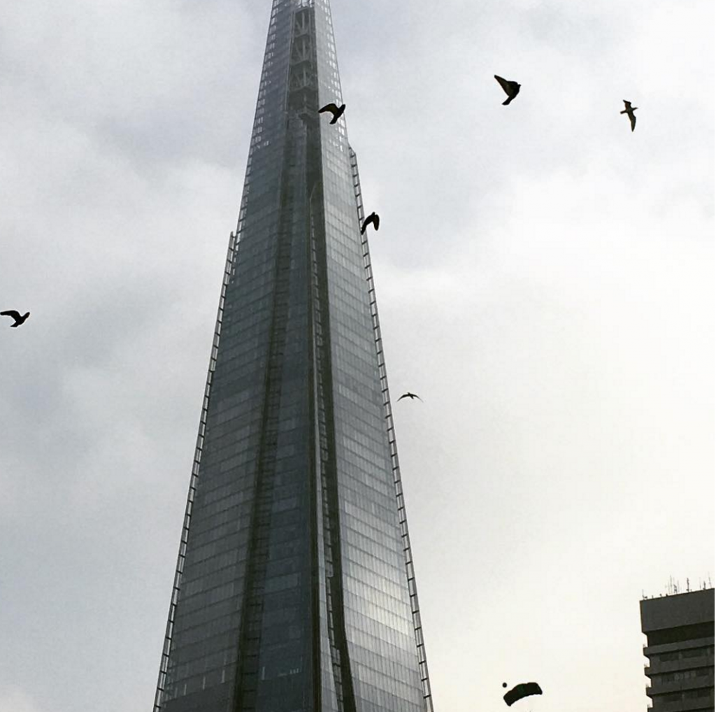 YOUTUBE Base jumper si getta dallo S di Londra FOTO 8