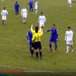 Video. Arbitro perde la testa ed alza le mani a calciatore
