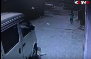 YOUTUBE Bambino investito da furgone si rialza e cammina