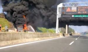 YOUTUBE Abbattuto cavalcavia danneggiato in incendio su A1