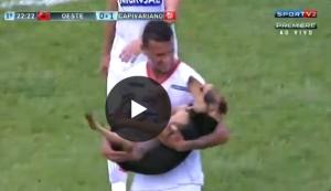 YouTube, Brasile: cane invade campo e calciatori...