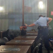 Assassino in ginocchio davanti alla poliziotta col taser 2
