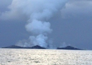 Guarda la versione ingrandita di Tonga, marinai assistono a formazione nuova isola FOTO