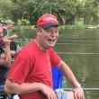 Pescano trote ubriachi, uno di loro finisce in acqua9