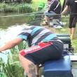 Pescano trote ubriachi, uno di loro finisce in acqua6