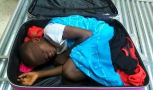 Nasconde figlio in valigia e vola da Istanbul a Parigi