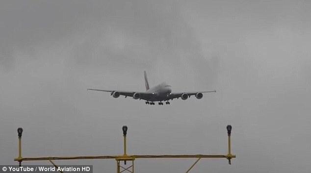 YOUTUBE Manchester, aereo Emirates tenta di atterrare ma...5