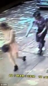 YOUTUBE Tira giù mutande ad una giornalista in strada 3