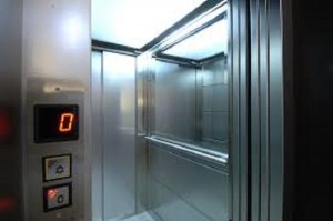 Resta chiusa nell'ascensore: la trovano morta dopo un mese