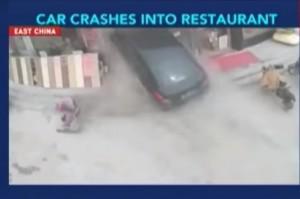 Cina, auto sfonda vetrina ristorante: 6 feriti