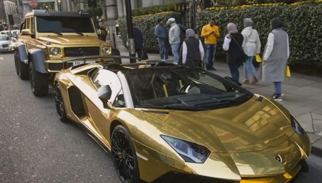 Giovane miliardario a Londra con le auto dorate