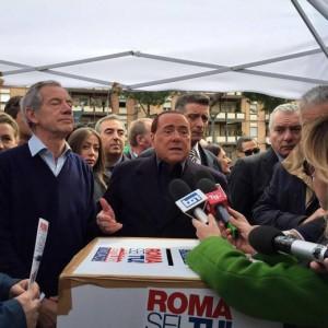 Guarda la versione ingrandita di Berlusconi no a Meloni mamma-sindaco: Troppe ore in ufficio (nella foto Ansa, Berlusconi con Guido Bertolaso)