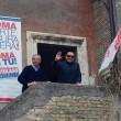 """Berlusconi con gli occhiali da sole: """"Sono come Batman"""" FOTO4"""