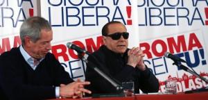 Guarda la versione ingrandita di Berlusconi con gli occhiali da sole: