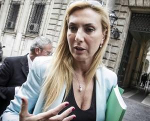 YOUTUBE Biancofiore: Trentine a rischio per ormoni profughi