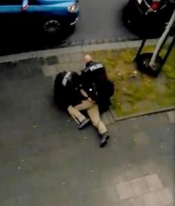 Guarda la versione ingrandita di Poliziotti tedeschi, se gli fanno saltare nervi diventano…