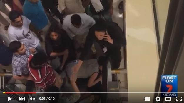YOUTUBE Bambina con braccio incastrato nelle scale mobili6