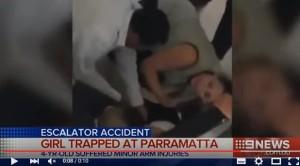 YOUTUBE Bambina con braccio incastrato nelle scale mobili