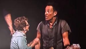 Bruce Springsteen canta con la madre di 91 anni