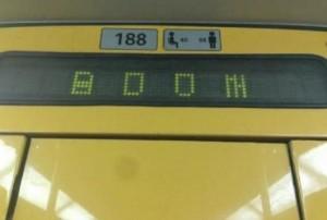 """Bruxelles, sul display della Metro compare la scritta """"Boom"""""""