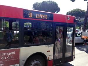 Roma, portellone bus Atac si stacca e ferisce donna a testa