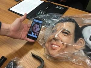 Guarda la versione ingrandita di Cagliari: maschera di Matteo Renzi usata per furti (foto Ansa)