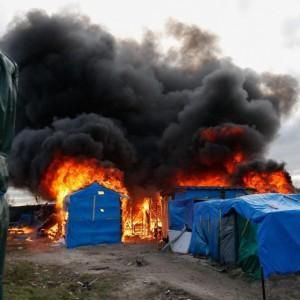 YOUTUBE Calais: caos Giungla, scontri e riprende sgombero