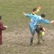 VIDEO Calcione all'arbitro da dietro, follia in campo