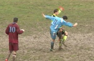 VIDEO Calcione all'arbitro da dietro, follia in campo