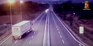YOUTUBE Camionista ubriaco contromano in autostrada