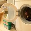 Cane fa bucato: chiude lavatrice, poi stende panni2