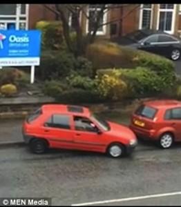 YOUTUBE Parcheggia auto in 7 minuti eppure lo spazio…