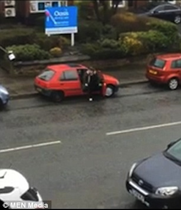 YOUTUBE Parcheggia auto in 7 minuti eppure lo spazio...06