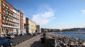 Napoli, turista di 25 anni scippata e trascinata in terra