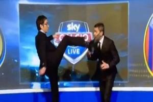 Guarda la versione ingrandita di Marco Cattaneo calcio in faccia a Costacurta su Sky