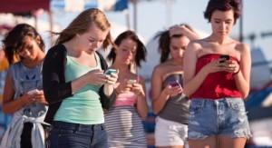 Vietato mandare sms mentre cammini: proposta di legge in Usa