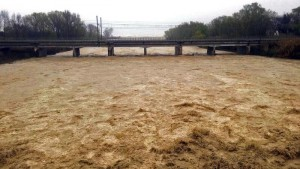 YOUTUBE Marche: fiume Chienti esonda, cede ponte su Aso