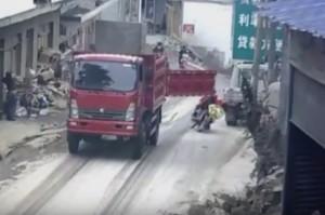 VIDEO Porta camion si apre, motociclisti colpiti in pieno