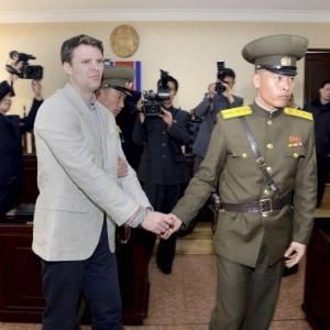 Corea del Nord: studente ruba una bandiera, lavori forzati