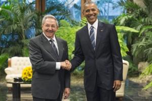 Guarda la versione ingrandita di Barack Obama: stretta di mano con Raul Castro al Palazzo della Rivoluzione a L'Avana  EPA/MICHAEL REYNOLDS