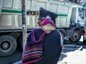 Guarda la versione ingrandita di La foto del Carabiniere che coccola la bimba dopo l'incidente