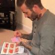 David Beckham cuce vestiti per bambole figlia Harper. FOTO