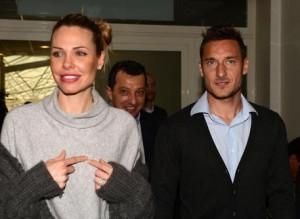 Ilary Blasi e Francesco Totti in clinica a Roma