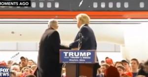 Donald Trump si gira di scatto credendo ad attacco