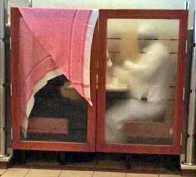 Arabia Saudita, moglie coperta da foulard al ristorante