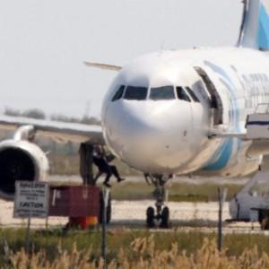 Guarda la versione ingrandita di Egyptair, gaffe dirottatore. Ostaggi o no? Mattina di caos