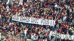 Guarda la versione ingrandita di Salerno, Napoli club: striscioni-sterco contro sua apertura (foto Ansa)